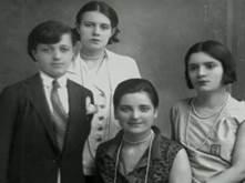 Una foto di Sabiha ( a destra) assieme alle sorelle adottive, Rukiye, Afef e Zerha Aylin