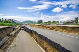 Shutterstock, effetti del terremoto sul manto stradale in Equador (Foto di Marco Carlo Stoppato)
