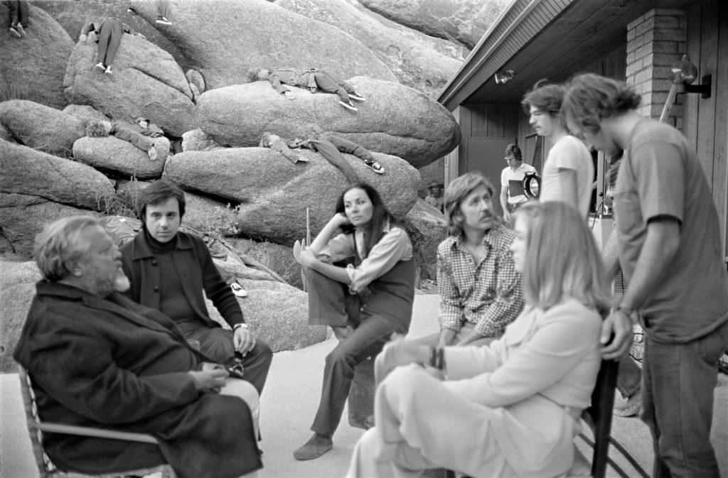 Orson Welles (a sinistra) spiega agli attori una scena di The Other Side of The Wind