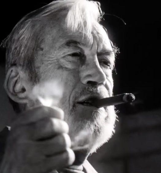 John Huston in una scena del film The Other Side of The Wind