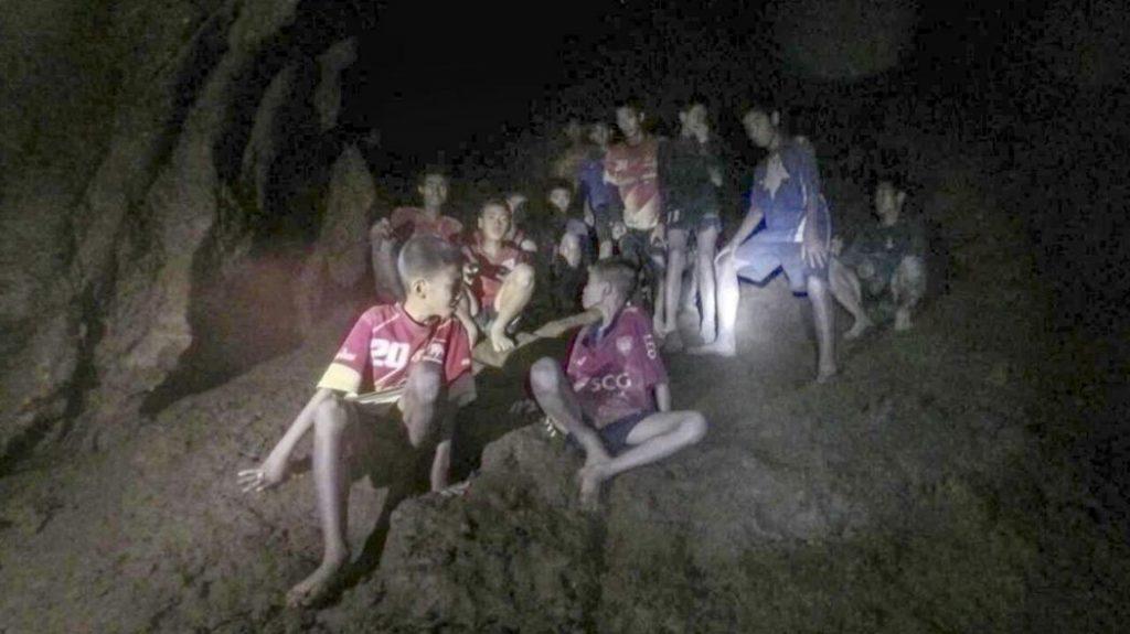 I giovani calciatori imprigionati nella grotta in Thailandia