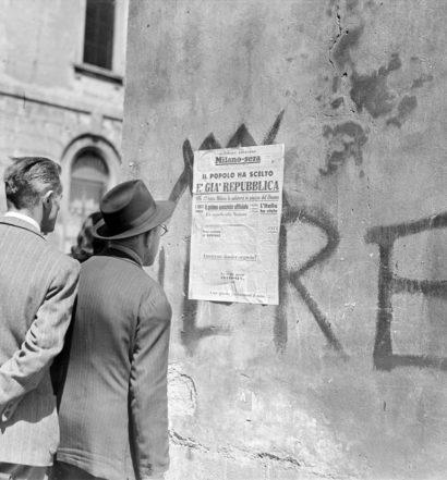 """Passanti leggono il titolo della seconda edizione del quotidiano Milano-Sera affisso a un muro: """"Il popolo ha scelto. È già Repubblica"""", 5 giugno 1946"""" (Archivio Publifoto Intesa Sanpaolo)"""