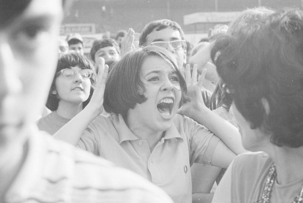 Il pubblico in delirio al concerto dei Beatles al Vigorelli di Milano, 24 giugno 1965 (Archivio Publifoto Intesa Sanpaolo)